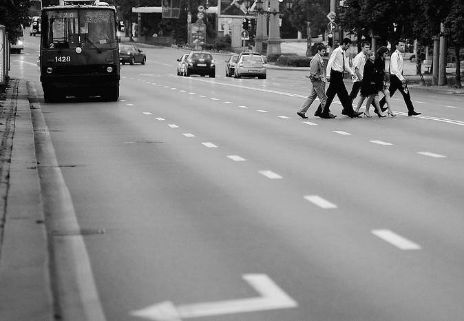 Abiturienten überqueren am Morgen nach ihrer Abschlussfeier eine Straße. Abschlussfeiern von Abiturienten in Bulgarien. / Graduates are crossing the street early in the morning after celebrating their graduation party. High-School graduation parties in Bulgaria.