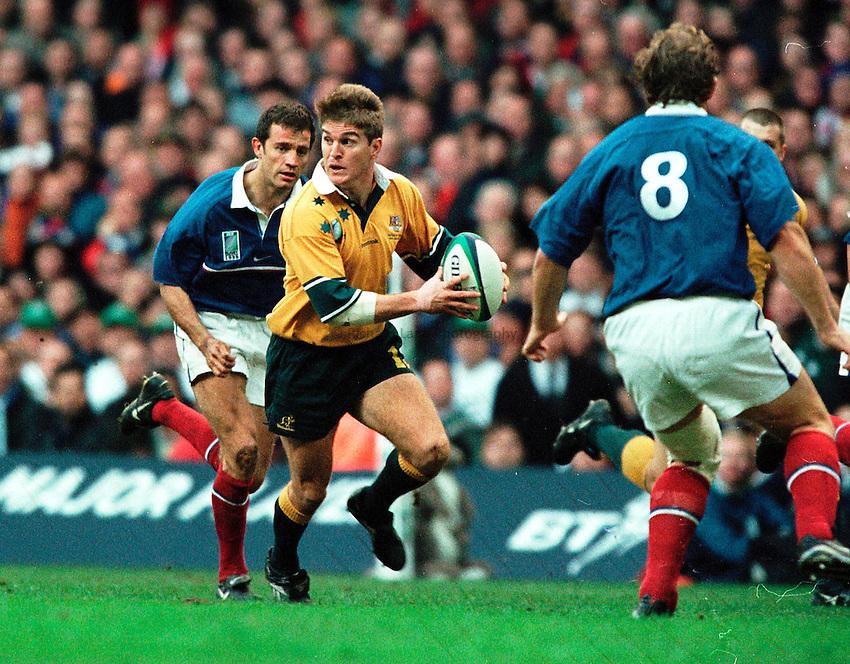 Photo. Richard Lane.Australia v France. 6/11/99..Tim Horan breaks as Fabian Galthie looks on.