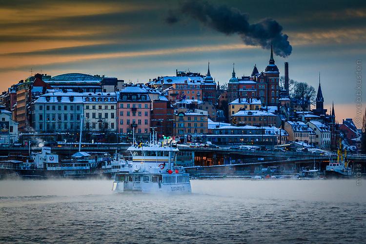 Djurgårdsfärjan på väg till Slussen Stockholm en mycket kall vinterdag