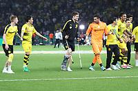 Borussia Dortmund bedankt sich bei den Fans und jubelt über den DFB-Pokalsieg mit dem verletzten Julian Weigl auf Krücken - 27.05.2017: Eintracht Frankfurt vs. Borussia Dortmund, DFB-Pokalfinale, Olympiastadion Berlin