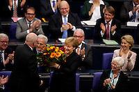Berlin, die CDU Fraktion klatscht am Dienstag (17.12.13) imBundestag nach der Bekanntgabe des Wahlergebnisses von Bundeskanzlerin Angela Merkel (CDU) zu ihrer Wiederwahl.<br /> Foto: Steffi Loos/CommonLens
