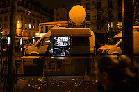 Paris, Frankrike, 15.11.2015. A television crew has a break between the transmissions. Images from Paris in the aftermath of the devastating terror attacks on friday november 13. Photo: Christopher Olssøn.
