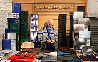 Nederland  Amsterdam  2016. Meesterlijk. Design and Crafts. Van 25 november tot 27 november presenteren 125 ontwerpers hun werk in de Zuiveringshal op het terrein van de Westergasfabriek. Meubelmakers, mode-designers, edelsmeden, glaskunstenaars, hoeden-en schoenenontwerpers, fooddesigners en leerbewerkers verkopen hun producten. Prints van Thijs Verhaar.  Foto Berlinda van Dam /  Hollandse Hoogte