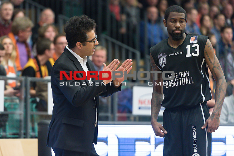 21.02.2015, RASTA Dome 2.0, VECHTA, GER, Beko BBL ProA, RASTA Vechta vs Hamburg Towers, im Bild<br /> <br /> Hamed Attarbashi  (TOWERS #Headcoach)<br /> Terry Thomas (TOWERS #13)<br /> Gestik, Mimik,<br /> <br /> Foto &copy; nordphoto / Kokenge