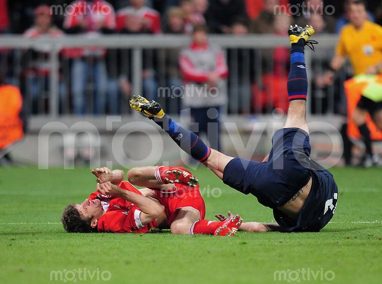 FUSSBALL  International  Champions League  Hinspiel SAISON 2009/2010    FC Bayern  Muenchen - Olympique Lyon  Thomas Mueller (li, FCB) gegen  Cristiano Marques Gomes Cris (Lyon)