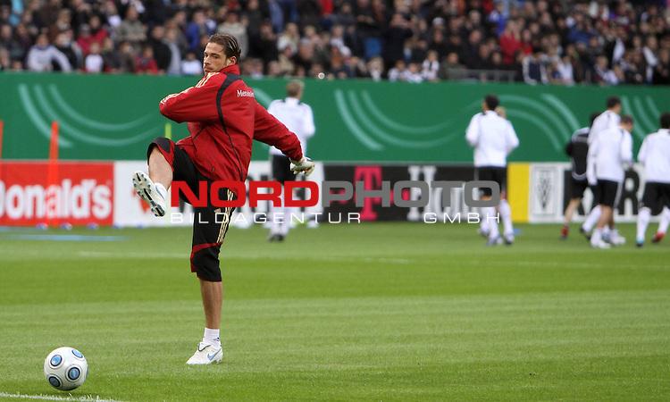 &Ouml;ffentliches Training DFB-Auswahl, 12.10.09 Hamburg<br /> <br /> <br /> Dem Team abgewandt feuert Tim Wiese den Ball aus Frust weg.<br /> <br /> <br /> Foto &copy; nph (nordphoto)<br /> <br /> *** Local Caption ***