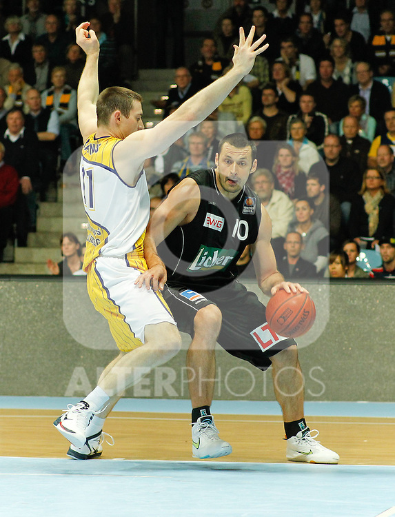 27.08.2010, EWE Arena, Oldenburg, GER, 1.BBL, EWE Baskets vs. LTi Giessen 46ers,  im Bild: Elvir Ovcina (Giessen 46ers BIH #10 Center) vs Aron Baynes (EWE Baskets AUS #11 Center), Foto © nph / Scholz