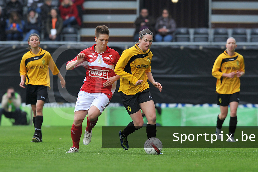 Bekerfinale 2012 : WD Lierse SK - Standard Femina :.Kristien Elsen in duel met Maud Coutereels (links).foto David Catry / Joke Vuylsteke / Vrouwenteam.be