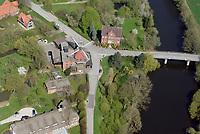 Reitbrook Windm&uuml;hle: DEUTSCHLAND, HAMBURG 20.04.2018: Reitbrook Windm&uuml;hle, Die Reitbrooker M&uuml;hle ist eine im Jahr 1870 erbaute Windm&uuml;hle. Sie steht im in den Marschlanden gelegenen Hamburger Stadtteil Reitbrook am Ufer der Dove Elbe, am Vorderdeich 11.<br /> Die M&uuml;hle liegt unmittelbar an der Reitbrooker M&uuml;hlenbr&uuml;cke, die den Ort mit dem n&ouml;rdlich der Dove Elbe gelegenen Allerm&ouml;he verbindet.<br /> Vor dem Bau der Br&uuml;cke hatte hier &uuml;ber Jahrhunderte eine F&auml;hre bestanden. Bereits im Jahr 1773 erhielt der Besitzer des unmittelbar neben der heutigen Windm&uuml;hle gelegenen F&auml;hrhofs die Erlaubnis, an dieser Stelle eine Schrotm&uuml;hle mit Windantrieb zu errichten. Der urspr&uuml;ngliche Bau brannte 1870 nieder und wurde daraufhin durch die heutige Windm&uuml;hle ersetzt.<br /> Es handelt sich um einen so genannten &bdquo;Galerieholl&auml;nder&ldquo; mit zweigeschossigem quadratischen Unterbau aus Backstein sowie einem achteckigen h&ouml;lzernen Aufbau. Die Haube, also der oberste Teil der M&uuml;hle an dem die Fl&uuml;gel befestigt sind, ist entsprechend der Windrichtung drehbar. Die M&uuml;hlenfl&uuml;gel besitzen eine L&auml;nge von 12,50 m. Im 20. Jahrhundert erhielt die M&uuml;hle elektrische Einbauten; das letzte Mahlen mit Windantrieb erfolgte 1938/39. Im Jahre 1942 wurde das Bauwerk unter Denkmalschutz gestellt.<br /> Die Reitbrooker M&uuml;hle ist eine von neun im hamburgischen Gebiet erhaltenen Windm&uuml;hlen und die einzige, die noch ihre originalen Fl&uuml;gel besitzt. Sie befindet sich insgesamt in einem guten Erhaltungszustand und gilt als das Wahrzeichen von Reitbrook.<br /> <br /> Heutzutage wird die M&uuml;hle von einem Handelsbetrieb f&uuml;r Futtermittel und Gartenbaubedarf genutzt, der in ihr auch noch Getreideerzeugnisse elektrisch vermahlt.