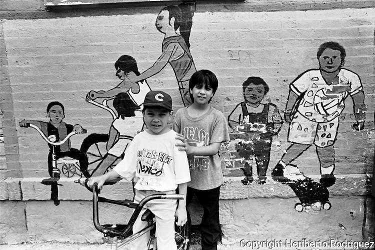 Daily life of Mexicans on the main streets of Chicago. Thousands of Mexicans live and work in this area after leaving Mexico in search of better life conditions. Photo by Heriberto Rodriguez