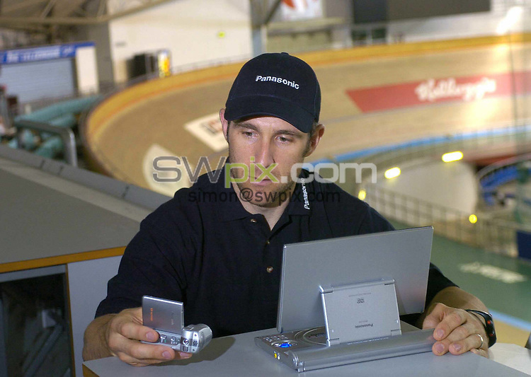 Pix: Ben Duffy/SWpix.com. Cycling. Great Britain Track Cyclist. Jamie Staff, Thirsk, 07/07/2004...COPYRIGHT PICTURE>>SIMON WILKINSON>>01943 608782>>..Jamie Staff pictured with new technology for cycling