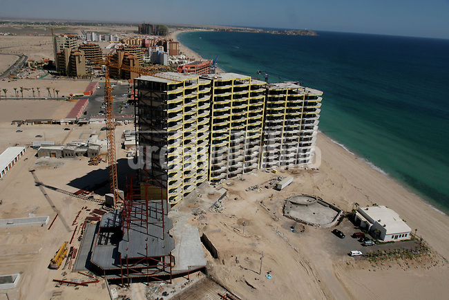 Construccion de enormes complejos turisticos que estan cambiando la fisonomia y el medio ambiente en San JosÈ del Cabo, Baja California Sur.+turismo*Construction of giant touristic projects that are changing the environment and the look of San Jose del Cabo in Baja California Sur.