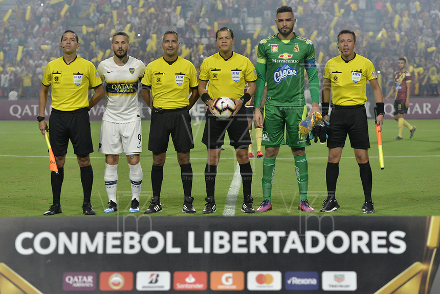 IBAGUE - COLOMBIA, 24-04-2019: Dario Benedetto capitán de Boca, Alvaro Montero, capitán del Tolima, Victor Carrillo, arbitro central, y los arbitros auxiliares posan para una foto previo al partido por la ronda 4, grupo G, de la Copa CONMEBOL Libertadores 2019 entre Deportes Tolima de Colombia y Boca Juniors de Argentina jugado en el estadio Manuel Murillo Toro de la ciudad de Ibagué. / Dario Benedetto, captain of Boca, Alvaro Montero, captain of Tolima, Victor Carrillo, referee, and auxiliar referees pose to a photo prior the match as part of round 4, group G, of Copa CONMEBOL Libertadores 2019 between Deportes Tolima of Colombia and Boca Juniors of Argentina played at Manuel Murillo Toro stadium in Ibague city. Photo: VizzorImage / Alejandro Rosales / Cont