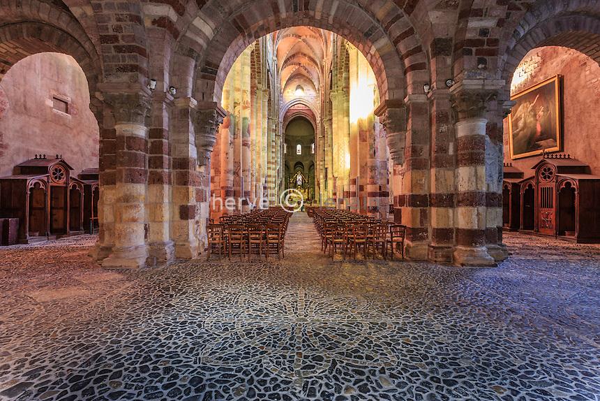 France, Haute-Loire (43), Brioude, la Basilique Saint-Julien de Brioude, la nef et son pavage de galets // France, Haute Loire, Brioude, Basilica of Saint Julien, the nave and paving pebble