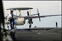 -Mer Méditerranée- Porte Avions Charles de Gaulle- Hawkeye sur le pont d'envol.