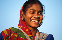 INDIEN Madhya Pradesh, Adivasi Frauen bei Ernte von Biobaumwolle im biore Projekt der Remei AG im Narmada Tal / INDIA, Madhya Pradesh, Khargoan, Adivasi women harvest organic cotton at farm in the biore project formerly known as Maikaal project, daughter of organic cotton farmer Nanka dal Singh in village