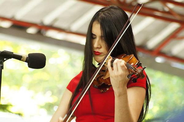 Aisha Syed Castro, violinista dominicana..Foto: Fuente Externa/acento.com.do.Fecha: 11/12/2012.