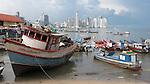Barcas en muelle fiscal / Ciudad de Panamá.<br /> <br /> Edición de 10 | Víctor Santamaría.