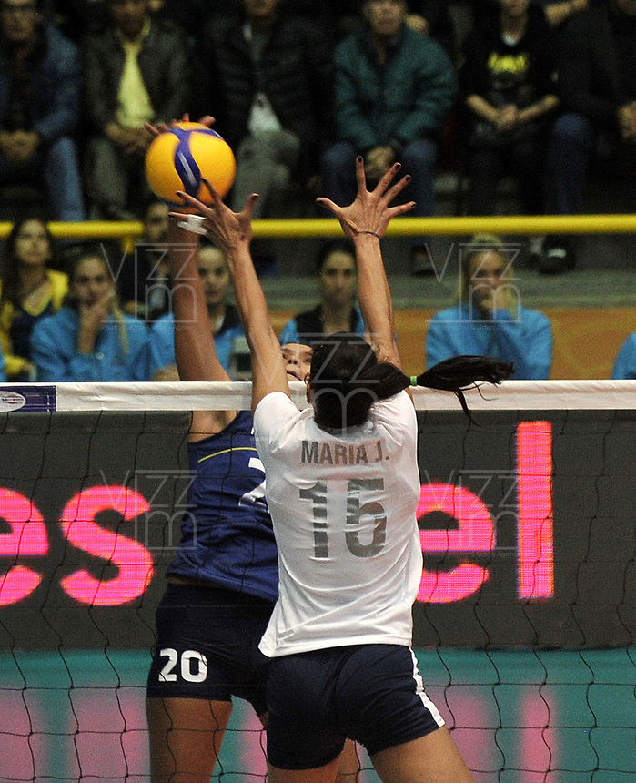 BOGOTÁ-COLOMBIA, 07-01-2020: María José Pérez de Venezuela, intenta un bloqueo al ataque de balón a Verónica Pasos de Colombia, durante partido entre Venezuela y Colombia en el Preolímpico Suramericano de Voleibol, clasificatorio a los Juegos Olímpicos Tokio 2020, jugado en el Coliseo del Salitre en la ciudad de Bogotá del 7 al 9 de enero de 2020. / Maria Jose Perez from Venezuela, tries to block the attack the ball to Veronica Pasos from Colombia, during a match between Venezuela and Colombia, in the South American Volleyball Pre-Olympic Championship, qualifier for the Tokyo 2020 Olympic Games, played in the Colosseum El Salitre in Bogota city, from January 7 to 9, 2020. Photo: VizzorImage / Luis Ramírez / Staff.