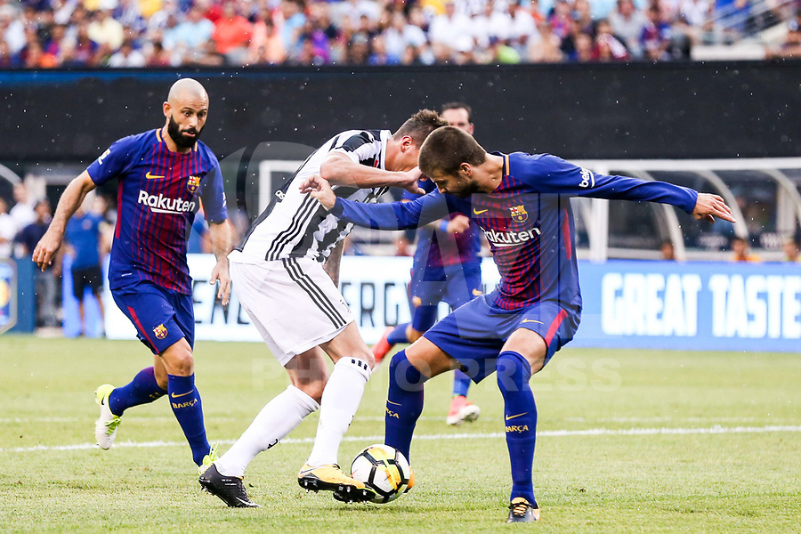 EAST RUTHERFORD, EUA, 22.07.2017 - JUVENTUS-BARCELONA -Gerard Pique (D) do Barcelona (ESP) disputa bola com Mario Mandzukic  da Juventus (ITA) valido pela Internacional Champions Cup no MetLife Stadium na cidade de East Rutherford nos Estados Unidos neste sábado, 22. (Foto: William Volcov/Brazil Photo Press)