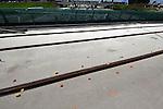 VOORBURG - Boven de snelweg A4 tussen Voorburg en Leidschenveen zijn medewerkers van bouwcombinatie BAM Infra Lijn 19 opnieuw bezig met het afstellen van de tramrails van het nieuwe 15 kilometer tramtraject lijn 19. Hoewel het viaduct zelf al geruime tijd klaar is, ligt het spoor nog steeds niet ingekapseld wegens problemen met de afstelling. De eerste spoorrails bleek te hoog te liggen, zodat het er uit moest, het huidige bleek op sommige punten weer te laag te liggen zodat het opnieuw wordt opgemeten en afgesteld om vervolgens definitief vast te gieten. De nieuwe HTM trambaan gaat Leidschendam-Voorburg, Leidschenveen, Ypenburg, Rijswijk en Delft met elkaar verbinden maar zal de grote NS-stations en het Haagse centrum links laten liggen. ANP PHOTO COPYRIGHT TON BORSBOOM