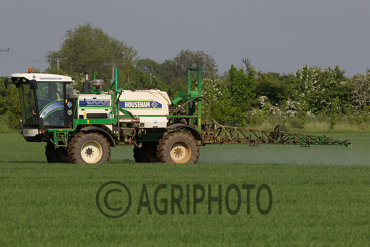 Spraying Spring Barley with Fungicide and Weed killer at growth stage 30<br /> Picture Tim Scrivener 07850 303986<br /> tim@agriphoto.com<br /> ?.covering agriculture in the UK?.