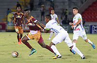 IBAGUÉ -COLOMBIA, 15-01-2015. Marco Perez (Izq) jugador de Deportes Tolima disputa el balón con Manuel Berrio (Der) jugador del Atlético Huila por la fecha 10 de la Liga Aguila I 2016 jugado en el estadio Manuel Murillo Toro de la ciudad de Ibagué./ Marco Perez (L) player of  Deportes Tolima vies for the ball with Manuel Berrio (R) player of Atletico Huila for the date 10 of the Aguila League I 2016 played at Manuel Murillo Toro stadium in Ibague city. Photo: VizzorImage / Juan Carlos Escobar / Str