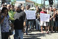 RIO DE JANEIRO, RJ, 29.04.2014 - <br /> Parentes e amigos durante o enterro da moradora da Favela Nova Brasilia, Arlinda Bezerra, no cemitério de Inhahuma, na zona norte do Rio de Janeiro. Dalva morreu atingida por uma bala perdida durante confronto entre policiais militares e traficantes na favela no último domingo (27). A favela Nova Brasilia é uma das comunidades do Complexo de favelas do Alemão. O ambiente no complexo é muito tenso e na segunda-feira (28) três carros foram queimados em frente à UPP. (Foto: Celso Barbosa / Brazil Photo Press).