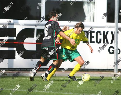 2008-09-14 / Voetbal / K. Witgoor Sport Dessel - KE Leopoldsburg / David Lodewijckx van Witgoor probeert uit de greep van Abustin Lopez-Ruiz te raken..Foto: Maarten Straetemans (SMB)