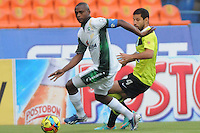MEDELLIN - COLOMBIA-29-09-2013: Elkin Calle (Der.) jugador del Atletico Nacional disputa el balón con Wilmer Diaz (Izq.)jugador de La Equidad durante partido en el estadio Atanasio Girardot de la ciudad de Medellin, septiembre 29 de 2013. Atletico Nacional y La Equidad jugaron partido por la duodecima fecha de las de la Liga Postobon II. (Foto: VizzorImage / Luis Rios / Str). Elkin Calle (R) player of Atletico Nacional vies for the ball with Wilmer Diaz (L) player of La Equidad during a match at the Atanasio Girardot Stadium in Medellin city, September 29, 2013. Atletico Nacional and La Equidad in a match for the twelfth round of the Postobon II League. (Photo: VizzorImage / Luis Rios / Str).<br /> / Str).