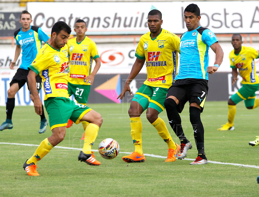 NEIVA - COLOMBIA -17 -02-2016: Christian Vargas (Izq.) jugador de Atletico Huila disputa el balón con Santiago Trellez (Der.) jugador de La Equidad durante partido entre Atletico Huila y La Equidad por la fecha 2 de la Liga Aguila, I 2016 en el estadio Guillermo Plazas Alcid de Neiva. / Christian Vargas (L), player of Atletico Huila vies for the ball with Santiago Trellez (R) player of La Equidad,  during match between Atletico Huila and La Equidad for the date 2 of the Liga Aguila I 2016 at the Guillermo Plazas Alcid Stadium in Neiva city. Photo: VizzorImage  / Sergio Reyes / Cont.
