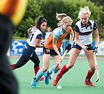 HUIZEN  -  Fieke Hoff (Gro) met Jasmijn Oliemans (HUI)   , hoofdklasse competitiewedstrijd hockey dames, Huizen-Groningen (1-1)   COPYRIGHT  KOEN SUYK