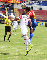 PASTO - COLOMBIA -07-02-2015: Jhon Freddy Hurtado (Der.) jugador de Deportivo Pasto disputa el balón con Gustavo Rojas (Izq.) jugador del Cortulua durante partido Deportivo Pasto  y Cortulua por la fecha 2 de la Liga Aguila I 2015, jugado en el estadio Libertad de la ciudad de Pasto.  / Jhon Freddy Hurtado (R) player of Deportivo Pasto fights for the ball with Gustavo Rojas (L) player of Cortulua during a match Deportivo Pasto and Cortulua for the date 2 of the Liga Aguila I 2015 at the Libertad stadium in Pasto city. Photo: VizzorImage  / Leonardo Castro / Str.