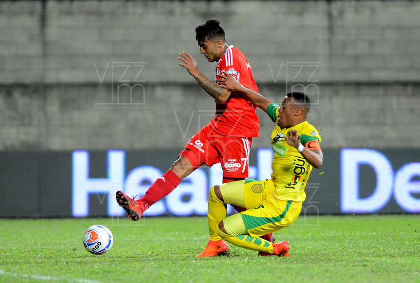 ITAGÜI - COLOMBIA, 03-02-2018.Edisson Restrepo (Der) jugador de Leones disputa el balón con Kevin Ramirez (Izq) del América de Cali durante el partido entre Leones  y América de Cali por la fecha 1 de la Liga Águila II 2018 jugado en el estadio Metropolitano Ciudad de Itagüi. / Edisson Restrepo (R) player of Leones vies for the ball with Kevin Ramirez (L) player of America de Cali during match between Leones  and America de Cali for the date 1 of the Aguila League I 2018 played at Metroplitano Ciudad de Itagui stadium. Photo: VizzorImage/ León Monsalve / Contribuidor