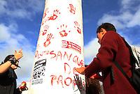 CURITIBA, PR, 30.04.2015: PROTESTO-PR - Grupo de estudantes realiza ato em apoio aos professores e contra a violência sofrida pela classe, na quarta-feira (29), no Centro Cívico em Curitiba (PR). Os protestos ocorreram na Assembleia Legislativa do Paraná (Alep) e no Palácio Iguaçu, sede do governo do Paraná. (Foto: Paulo Lisboa / Brazil Photo Press).