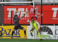 FC GULLEGEM - SK LONDERZEEL :<br /> Lennart Sampers (20) klimt hoger dan Alexandre Teirlinckx (6) en knikt de bal voorbij Jasper Otte (L)<br /> <br /> Foto VDB / Bart Vandenbroucke