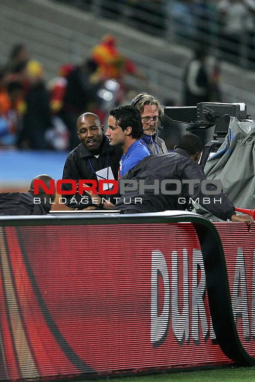 07.07.2010, Moses Mabhida Stadium, Durban, SOUTH AFRICA, Deutschland ( GER ) vs Spanien ( ESP ) im Bild Fan wird angefuehrt nachdem er auf das Spielfeld gelaufen ist<br /> Foto &copy;  nph /  Kokenge *** Local Caption *** Fotos sind ohne vorherigen schriftliche Zustimmung ausschliesslich f&uuml;r redaktionelle Publikationszwecke zu verwenden.<br /> <br /> Auf Anfrage in hoeherer Qualitaet/Aufloesung