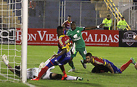 PASTO -COLOMBIA, 04-09-2015. Jhonatan Avila (Der) y Yuber Asprilla (C) jugadores del Deportivo Pasto disputa el balón con Diego Alejandro Novoa (Izq) arquero de La Equidad durante partido por la fecha 10 de la Liga Águila II 2015 jugado en el estadio La Libertad de la ciudad de Pasto./ Jhonatan Avila (R) and Yuber Asprilla (C) players of Deportivo Pasto vies for the ball with Diego Alejandro Novoa (L) goalkeeper of La Equidad during the match for the 10th date of the Aguila League II 2015 played at La Libertad stadium in Pasto city. Photo: VizzorImage / Leonardo Castro / Cont