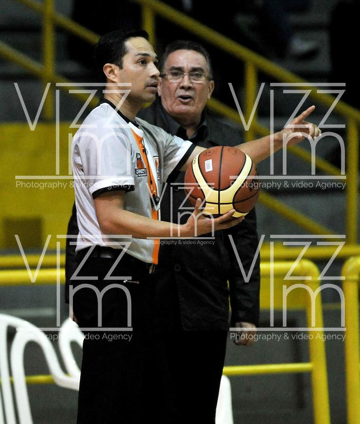 BOGOTA - COLOMBIA: 28-03-2014: Ronald Rivera (Izq.), arbitro dialoga con Carlos Parra (Der.) técnic de Bucaros Freskaleche, durante partido entre Piratas de Bogota y Bucaros Freskaleche de Bucaramanga por la fecha 6 de la Liga Directv Profesional de Baloncesto I en partido jugado en el Coliseo El Salitre de la ciudad de Bogota.   / Ronald Rivera (L), referee speaks with Carlos Parra (R) coach of Bucaros Freskaleche, during a match betweeen Piratas of Bogota and Bucaros Freskaleche of Bucaramanga for the date 6 of of la Liga Directv Profesional de Baloncesto I, game at the El Salitre Coliseum in Bogota City. Photo: VizzorImage / Luis Ramirez / Staff.