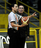 BOGOTA - COLOMBIA: 28-03-2014: Ronald Rivera (Izq.), arbitro dialoga con Carlos Parra (Der.) técnic de Bucaros Freskaleche, durante partido entre Piratas de Bogota y Bucaros Freskaleche de Bucaramanga por la fecha 6 de la Liga Directv Profesional de Baloncesto I en partido jugado en el Coliseo El Salitre de la ciudad de Bogota.   / Ronald Rivera (L), referee speaks with Carlos Parra (R) coach of Bucaros Freskaleche, during a match betweeen Piratas of Bogota and Bucaros Freskaleche of Bucaramanga for the date 6 of of la Liga Directv Profesional de Baloncesto I, game at the El Salitre Coliseum in Bogota City. Photo: VizzorImage / Luis Ramirez / Staff.