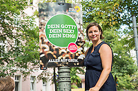 Die Berliner Gruenen starteten am Samstag den 30 Juli 2016 in den Straßen-Wahlkampf zur Agbeordnetenhauswahl im September 2016.<br /> Die Landesvorsitzenden Daniel Wesener und Bettina Jarasch sowie die Fraktionsvorsitzenden Ramona Pop und Antje Kapek (im Bild) haengten im Prenzlauer Berg Wahlplakate auf.<br /> 30.7.2016, Berlin<br /> Copyright: Christian-Ditsch.de<br /> [Inhaltsveraendernde Manipulation des Fotos nur nach ausdruecklicher Genehmigung des Fotografen. Vereinbarungen ueber Abtretung von Persoenlichkeitsrechten/Model Release der abgebildeten Person/Personen liegen nicht vor. NO MODEL RELEASE! Nur fuer Redaktionelle Zwecke. Don't publish without copyright Christian-Ditsch.de, Veroeffentlichung nur mit Fotografennennung, sowie gegen Honorar, MwSt. und Beleg. Konto: I N G - D i B a, IBAN DE58500105175400192269, BIC INGDDEFFXXX, Kontakt: post@christian-ditsch.de<br /> Bei der Bearbeitung der Dateiinformationen darf die Urheberkennzeichnung in den EXIF- und  IPTC-Daten nicht entfernt werden, diese sind in digitalen Medien nach §95c UrhG rechtlich geschuetzt. Der Urhebervermerk wird gemaess §13 UrhG verlangt.]