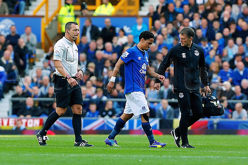 23.08.2014.  Liverpool, England. Premier League. Everton versus Arsenal. Everton midfielder Steven Pienaar is injured and leaves the field