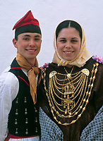 Spanien, Balearen, Ibiza (Eivissa): Folkloreveranstaltung in Sant Miquel de Balansat, Paar in traditioneller Tracht | Spain, Balearic Islands, Ibiza (Eivissa): Folk dance at Sant Miquel de Balansat, couple in traditional costume