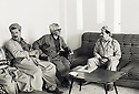 Irak 1991.MasMassoud Barzani recevant des membres du Front du Kurdistan.Iraq 1991.Masud Barzani with members of Kurdish Front