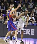 Euroleague el FC Barcelona guanya 83 -82 al Panathinaikos en el primer partit del playoff. Nicholas Drew pasa la pilota devant la defensa de Navarro