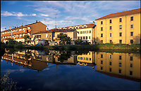 Rozzano (Milano). Case specchiate nelle acque del Naviglio Pavese --- Rozzano (Milan). Houses mirrored in the water of the canal Naviglio Pavese