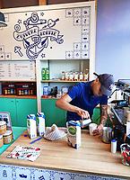 Nederland Zaandam 18 april 2018. Barista aan het werk bij koffiezaak Zuivere Koffie bij het station in Zaandam. Stichting Zuivere Koffie biedt gemotiveerde ex-gedetineerden kansen door het leren van een echt ambacht en relevante werkervaring. De werknemers krijgen een eerlijke kans op een succesvolle terugkeer in de samenleving. Zuivere Koffie wordt zowel binnen als buiten de gevangenis gebrand en verpakt. De koffie is biologisch en voorzien van het fairtrade keurmerk.  Foto mag niet in negatieve context gepubliceerd worden.  Foto Berlinda van Dam / Hollandse Hoogte