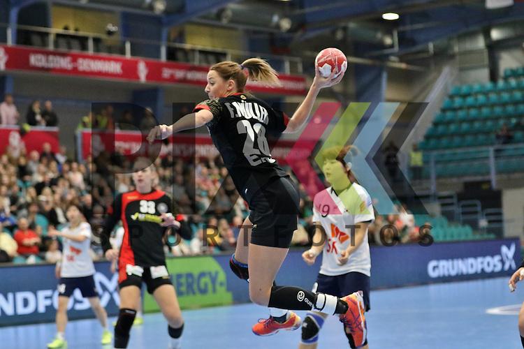 Kolding (DK), 010.12.15, Sport, Handball, 22th Women's Handball World Championship, Vorrunde, Gruppe C, Deutschland-S&uuml;d Korea : Franziska M&uuml;ller (Deutschland, #28)<br /> <br /> Foto &copy; PIX-Sportfotos *** Foto ist honorarpflichtig! *** Auf Anfrage in hoeherer Qualitaet/Aufloesung. Belegexemplar erbeten. Veroeffentlichung ausschliesslich fuer journalistisch-publizistische Zwecke. For editorial use only.