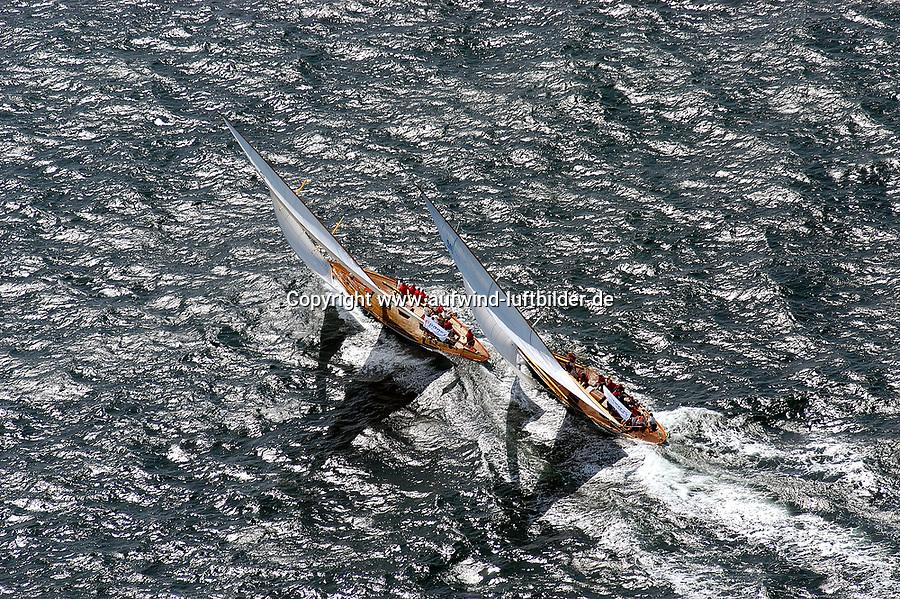 Kieler Woche:EUROPA, DEUTSCHLAND, SCHLESWIG- HOLSTEIN 22.06.2005:Kieler Woche, Regatta Rennyacht gegen Rennyacht auf der Ostsee in die Kieler F&ouml;rde. Das linke Schiff (Segelkennzeichen K10)  hat den Konkurenten (Segelzeichen D-1) auf der Leeseite &uuml;berholt. Die Crew sitzt auf der hohen Kante. Bei super Segelwetter  mit Wind um Windst&auml;rke 5-6 geht es mit Volldampf zur Ziellinie in der F&ouml;rde. <br /> Luftaufnahme, Luftbild,  Luftansicht