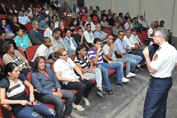 El Ministerio de Industria y Comercio realiza charla sobre terremotos con el primer teniente José Peña, del Cuerpo de Bomberos de Santo Domingo. FE